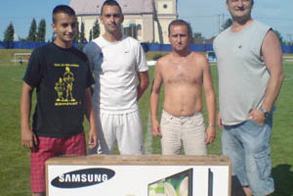 Penaltová súťaž. Zľava víťaz Patrik Šabo, druhý M. Pagáč, tretí R. Pospiš. Vpravo šéf futbalu v Ivanke Ľ. Gál.
