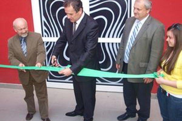 Pri otvorení Fóra mladých pásku prestrihli (zľava) Vladimír Rataj, Jozef Dvonč a Libor Vozár.