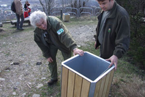 Pred dvoma rokmi začali rokovať s mestom, ktoré nakoniec zabezpečilo výrobu odpadkových košov. Štyri združenia päť z nich namontovali v priestoroch na Pyramíde neďaleko niekdajšej vrchnej stanice lanovky.