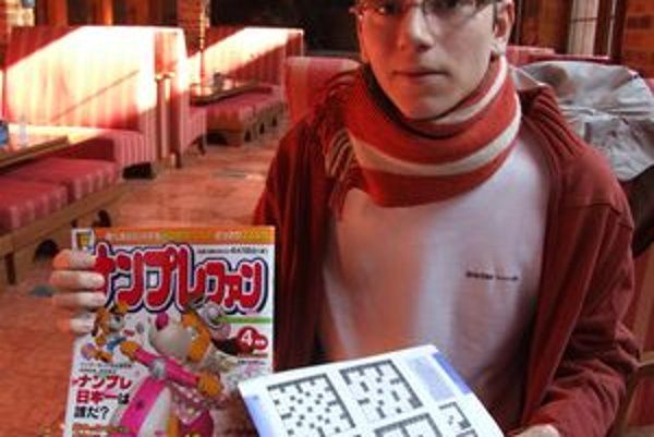 Matúš Demiger. V rukách má japonské sudoku.