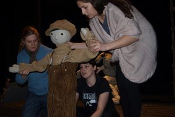 S bábkou Jánošíka v detskom veku skúšajú (zľava) Agáta Solčianska, Katarína Petrusová a Lucia Korená.