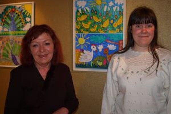 Na snímke sprava autorka obrázkov Miška Batelová a kurátorka výstavy Marta Hučková.