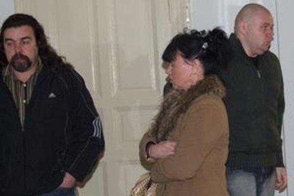 Patrik (vpravo) prišiel na súd s rodičmi. Na výčitky pozostalých, ktoré mu adresovali na chodbe súdu, reagoval mlčaním.
