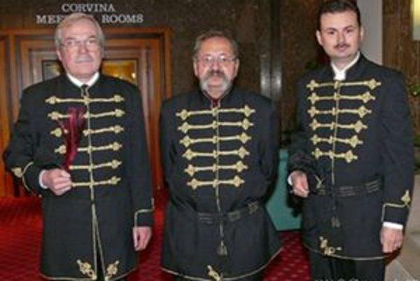 Mikuláš Práznovszky (vľavo) s údajnými potomkami grófa Erdődyho. Verí, že sú právoplatnými členmi slávnej grófskej rodiny.