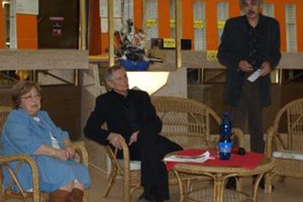 Na autorskom večere Ladislava Balleka (v strede) predstavili Eva Ruthová a Igor Hochel.