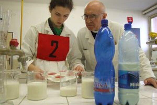 Súťaž o mlieku prebiehala aj v laboratóriu.