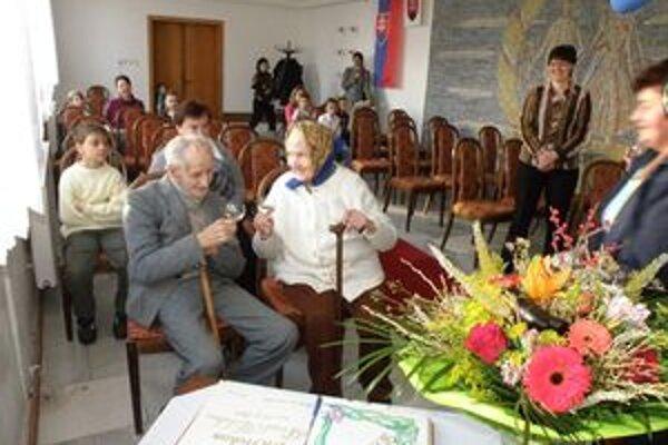 Oslávenci počas slávnostného prijatia na obecnom úrade v Kolte.