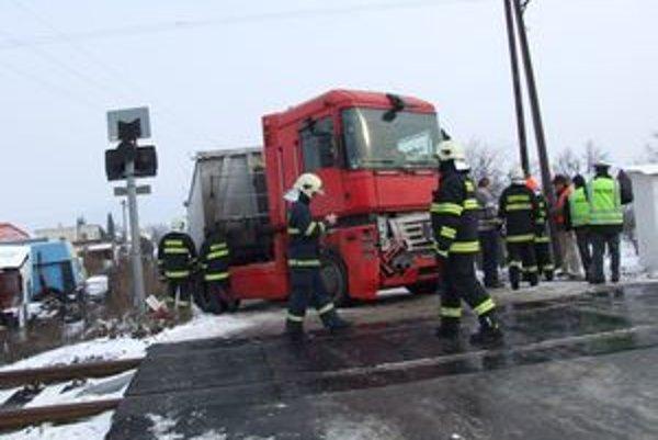 Nákladné auto zachytilo prvý z troch vozňov osobného vlaku. Cestujúcim sa nič nestalo.