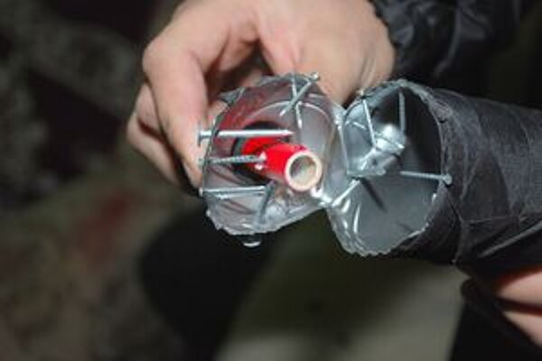 Polícia varuje, že podomácky vyrobená pyrotechnika je nebezpečná.