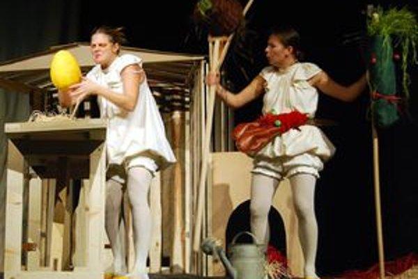 V predstavení Ako šlo vajce na vandrovku zľava Agáta Solčianska a Lucia Korená.