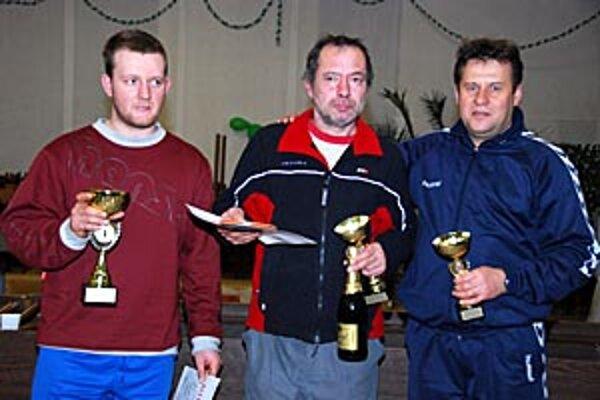 Traja najlepší v kategórii do 40 rokov, vľavo víťaz Miroslav Valent.