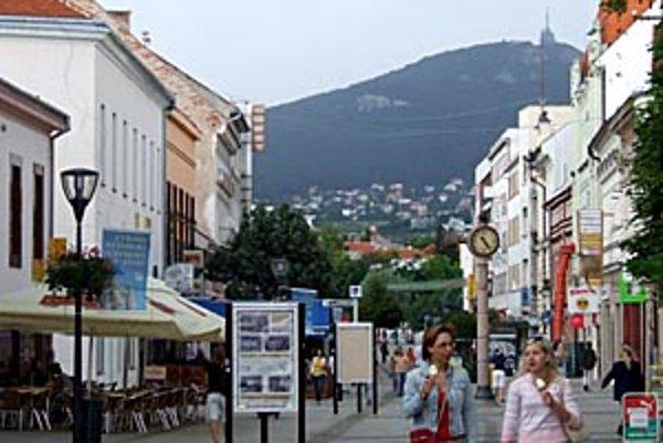 Predstavitelia mesta sa snažia vyhovieť požiadavkám majiteľov prevádzok na pešej zóne.