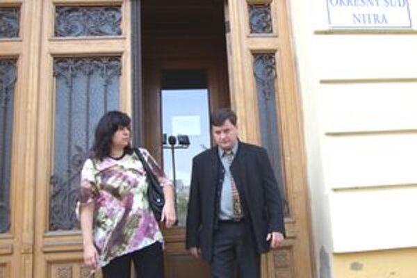 Manželia Buchovci odchádzajú zo súdu, na ktorom sa domáhajú odškodnenia.