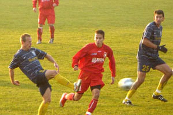 Šaľania boli radi aj za remízu, v červených dresoch hráči Dusla Lalák a Čirik.