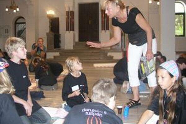 Integrovaný workshop Darujem ti tulipán v Nitre viedla a organizovala akademická sochárka Elena Kárová.