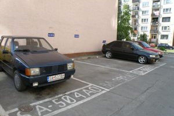 S parkovaním v Šali sú problémy už dlhšie. Ľudia si parkovacie miesta radšej predplácajú, aby po príchode z práce nemuseli hľadať miesto, kam odložiť svojho miláčika.