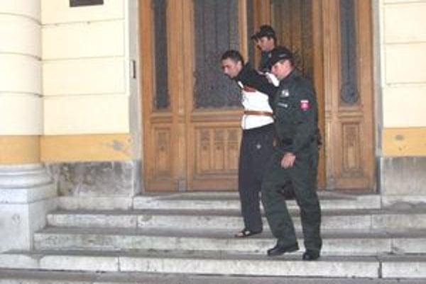 Martina odvádzajú zo súdu. Sudca v utorok večer rozhodol, že ide do vyšetrovacej väzby.