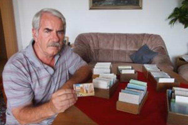 Vladimír Velčický s pivárskou zbierkou telefónnych kariet z celého sveta.