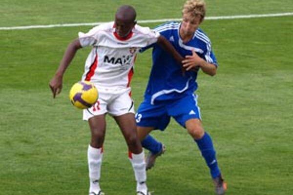 Vráble prehrali v Trnave 2:0. V modrom Turčan stráži de Oliveiru.