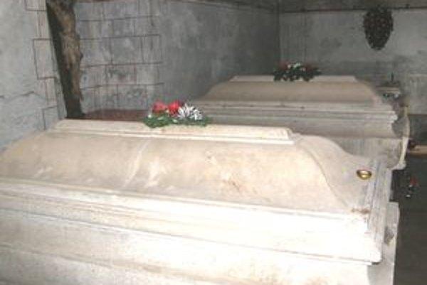 Rodinnú hrobku v Hlohovci dal vybudovať gróf Imrich Erdődy (+ 1925). Spolu s ním tu leží manželka Irma (+ 1923) a zať Ján Hardegg (+ 1917). Grófov sakrofág nedávno policajní experti otvorili, aby odobrali vzorky a získali DNA.