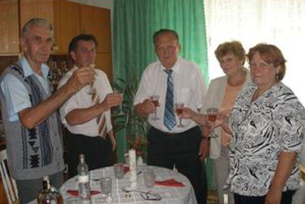 Bývalému starostovi Veľkých Dvorian (uprostred) prišiel k osemdesiatke zavinšovať súčasný starosta Emil Dinga, sekretárka, poštár a manželka.