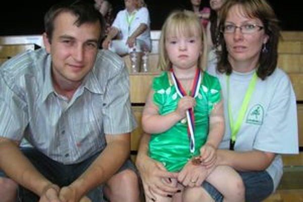 Najmladšou exhibičnou cvičenkou na medzinárodnej súťaži v Nitre bola Laurika Vanková (na snímke spolu s rodičmi.)