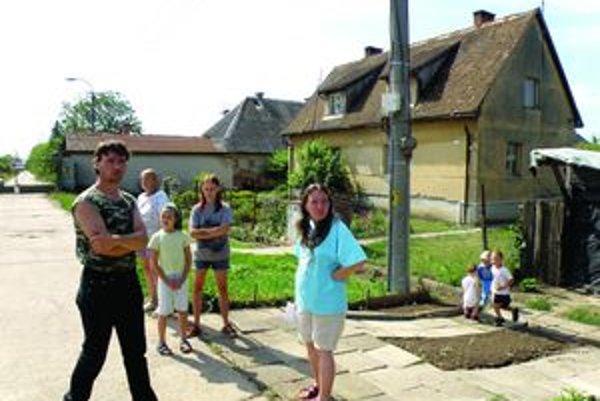 Osem kilometrov od Želiezoviec žije v osade 40 ľudí. Už štyri mesiace dýchajú štipľavý zápach šíriaci s z hnojiva.