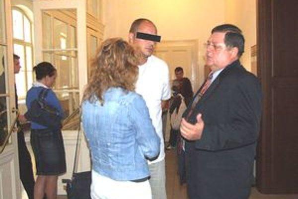 Obvinený Karim B. so svojím obhajcom. Na súde povedal, že chce uzavrieť dohodu o vine  a treste.