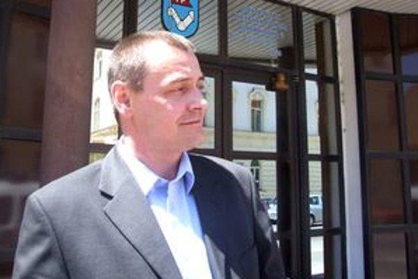 Náčelník nitrianskej mestskej polície Miloš Hajnovič dal podnet na Úrad pre dohľad nad zdravotnou starostlivosťou. Ten potvrdil, že lekárske potvrdenie nie je v poriadku.