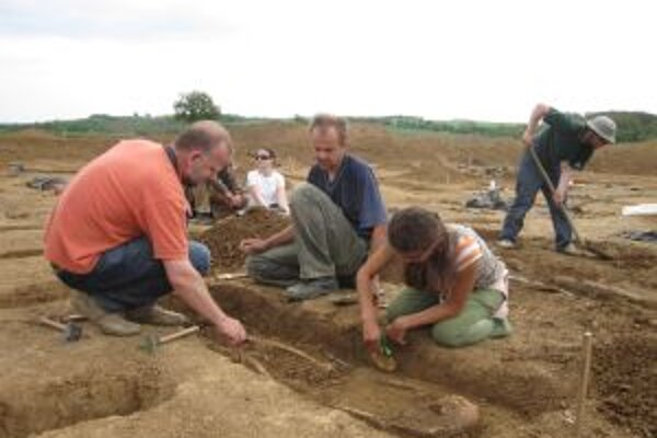 Pri rozsiahlom prieskume v Čiernych Kľačanoch boli odkryté pohrebiská a skupina sídlisk z viacerých období.