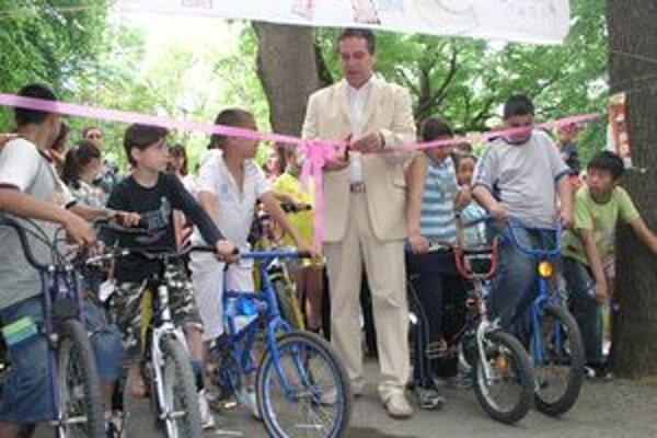 Primátor Nitry Jozef Dvonč pri strihaní pásky. Na štarte už nedočkavo čakalo niekoľko prvých cyklistov, za ktorými nasledovali najmä rodičia s deťmi v kočíkoch.