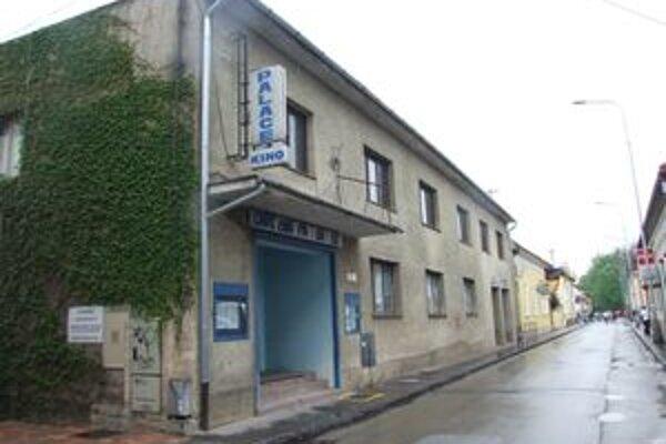 Kino Palace už roky nepremieta. Poslanci budovu vyhlásili za prebytočný majetok.