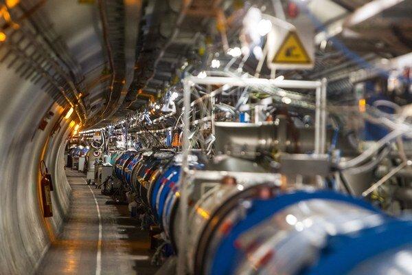 Aj vo veľkom hadronovom urýchľovači hľadajú tmavú hmotu.
