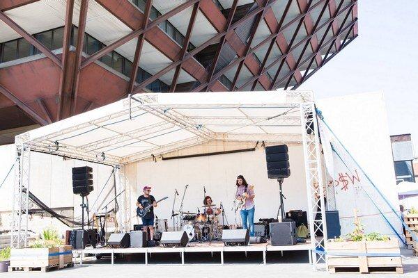 Pod pyramídou Slovenského rozhlasu vznikol v septembri priestor vhodný pre koncerty aj letné kino.