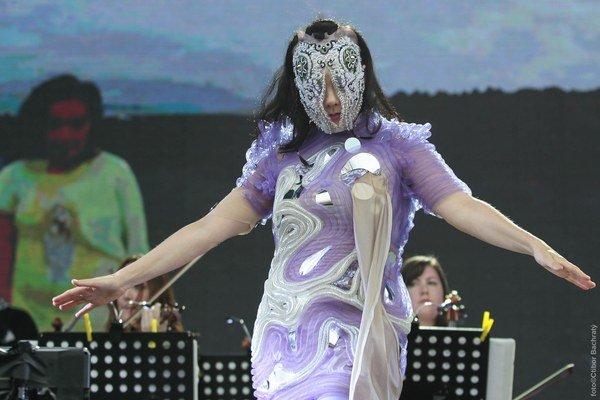Keď začala spievať, na letisku vyliezali z dier myši a hraboše. Čisté psycho – akoby ich lákala háveď, ktorá sa premietala v projekciách počas jej koncertu. Do mikrosveta zmyzu ju preniesla maska na tvári a okrem nej tvrdá severanka zniesla na sebe aj sil