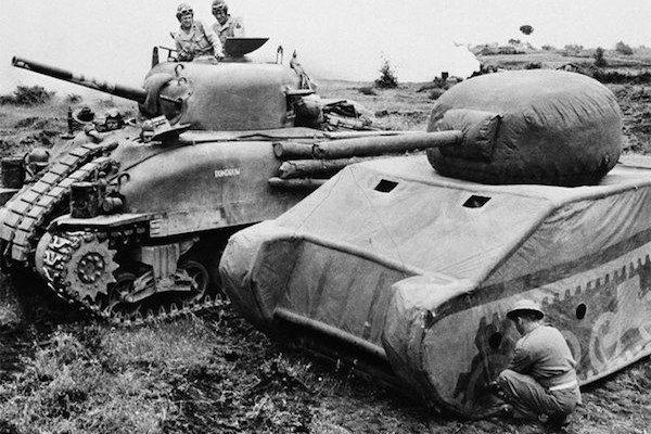 Aby bola ilúzia dokonalá, medzi makety tankov sem-tam zaradili aj reálne stroje.