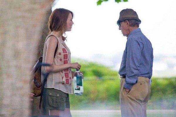 Emma Stone pri nakrúcaní s Woodym Allenom.