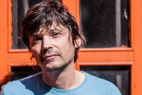 Jaro Vojtek (46) je autorom filmov My zdes, Hranica, Cigáni idú do volieb, Deti. Na svetových festivaloch patrí k slovenským najoceňovanejším filmárom. Jeho filmy Hranica, Deti a najnovší Tak ďaleko, tak blízko sú v programe novej prehliadky Týždeň sloven