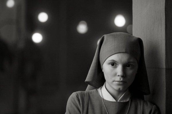 Ida (2013). Anna sa onedlho stane mníškou, musí však naposledy navštíviť svoju jedinú žijúcu príbuznú, o ktorej existencii však doposiaľ netušila.