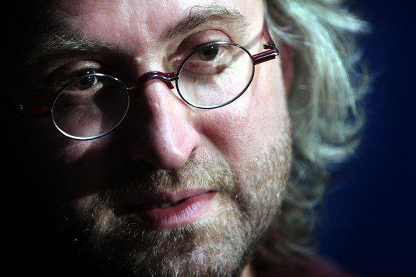 Jan Hřebejk (1967)Režíroval 15 celovečerných filmov, prvé boli Šakalí léta (1993), posledný Zakázané uvoľnenie (2014). Získal 3 České levy. 2. novembra odštartoval na komerčnej stanici HBO trinásťdielny televízny Až po uši, prístupný nielen pre jej pred