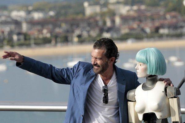 """Antonio Banderas pózuje pred divákmi v San Sebastiane s figurínou, ktorá si s ním """"zahrala"""" vo filme Autómata."""