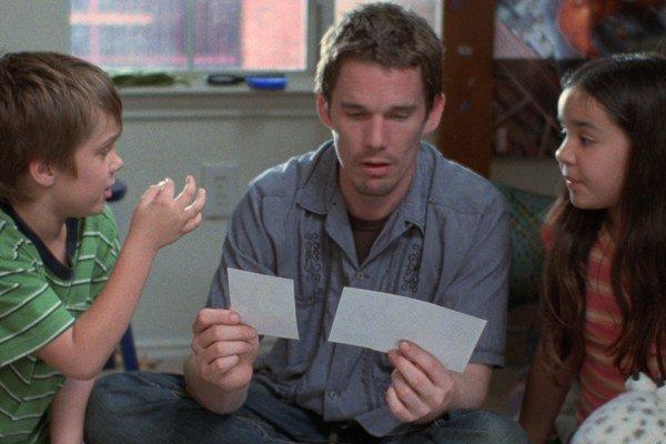 Ellar Coltrane, Ethan Hawke a Lorelei Linklater vo filme Chlapčenstvo.
