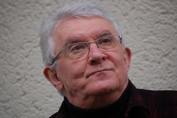 Tomáš Kulka (1948) je synom česko-izraelského spisovateľa a historika Ericha Kulku. Začal študovať na Filozofickej fakulte Univerzity Karlovej v Prahe, ale po sovietskej invázii odišiel do Veľkej Británie, kde študoval filozofiu u sira Karla R. Po