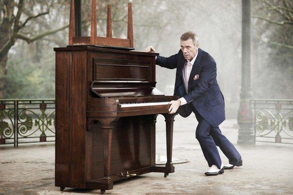 Hugh Laurie dnes vystupuje v Bratislave.