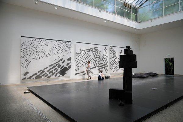 Pohľad do pavilónu Česka a Slovenska na 14. bienále architektúry v Benátkach. Kurátorom aktuálnej českej expozície 2 x 100 mil. m2 je Martin Hejl. Čísla v názve výstavy predstavujú plochu zastavanú v Československu a nástupníckych štátoch za posle