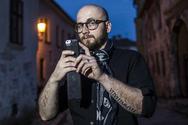 Róbert Slovák (35)Reklamný tvorca a filmový producent. Sedem rokov pripravujú s režisérom Gejzom Dezorzom prvý slovenský horor Fabrika smrti. Vyše tri roky bol kreatívnym riaditeľom reklamnej agentúry Wiktor Leo Burnett. Desať rokov má reklamnú agentúru