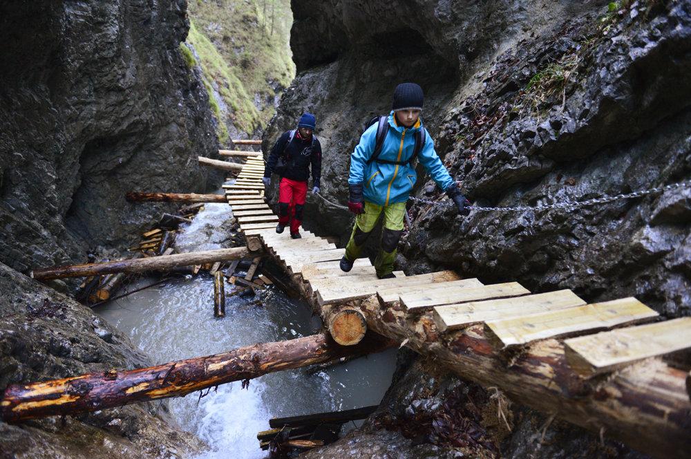 V rokline Piecky sa dá vďaka obnoveným prístupovým zariadeniam v roku 2014 kráčať len kúsok nad potokom.