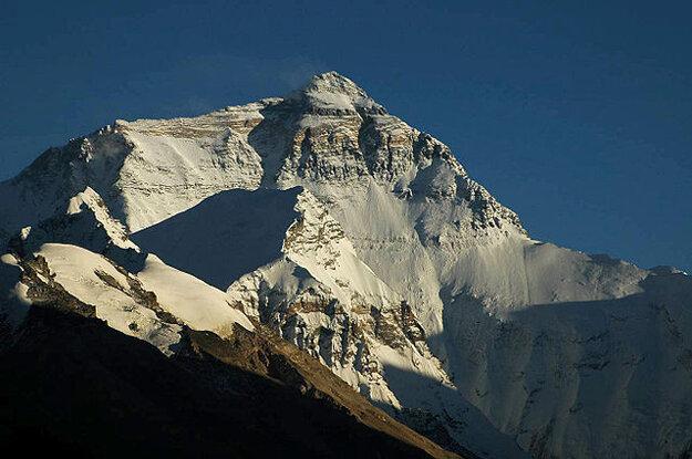 Mount Everest zo severnej strany, z kláštora Ronguk v Tibete.