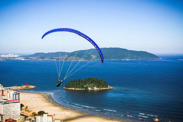Vo vzduchu sa dá na padáku lietať aj niekoľko hodín a vychutnávať si svet okolo z výšky.