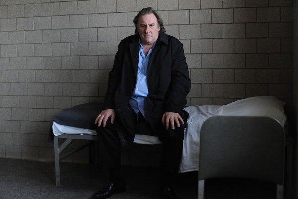 Gérard Depardieu si vo filme Welcome to New York zahral postavu, inšpirovanú aférou Straussa–Kahna.